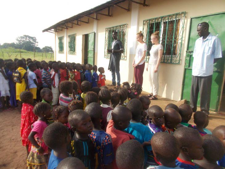 Päivän aloitus Apu-Paku Pakau Penku Lower Basic School:ssa