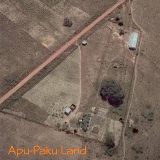 Apupakuland. Koulu näkyy oikeassa ylänurkassa. Nukkumispuu on koulusta alaspäin ja asuinrakennukset ovat alalaidassa keskellä.